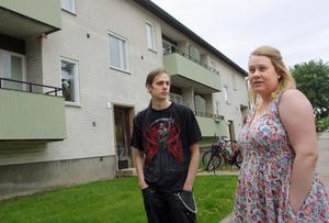 Hyresgästerna Andreas Broström och Josefina Söderholm är mycket kritiska till att fastigheten är så förfallen.