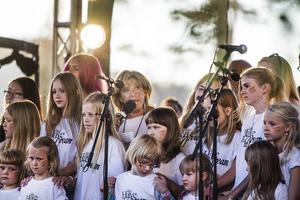 Yvar tillsammans med Folkungar och Barbro Lill-Babs Svensson framförde musik i fredens tecken.