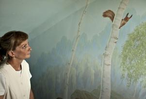 I Färna hos Katrin Herrlin finns naturen både inne och ute. Den förre ägaren av huset som kallas Tvättstugan lät dekorera väggen ner till källarvåningen med vackert naturmotiv där Katrin har sin mottagning.