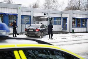 En bil körde in i en byggnad på Bullermyren i Borlänge vid lunchtid på julaftonen.