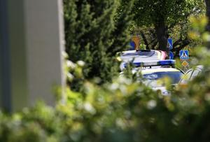 Efter tips från en läsare: här genomsöker polisen den gripne mannens lägenhet i centrala delarna av Kumla.