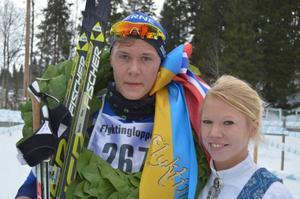 Ole Jörgen Bruvoll med Malin Andersson som överlämnade kransen.