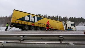 Ett lastbil körde av vägen på E 18 mellan trafikplats Nykvarn och Hällamotet i riktning mot Västerås på fredagsförmiddagen.