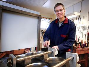 Lars Jakobsson har påbörjat bygget av de nya pannkaksmaskinerna, som måste till för att klara den utökade produktionen vid Laggen. Foto:Gunne Ramberg