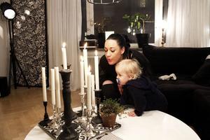 Maximilian tyckte att det var dags att släcka ljusen. Det var lite svårt med nappen i munnen så mamma fick hjälpa till.