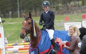 Elin Lundin och  Demoiselle du Ri d'Asse vann 1,20-klassen i Dalahoppet.