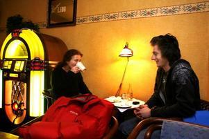 Ann och Daniel Hägglund unnade sig årets första semla i går. Båda gillar kaffe, men värst är mamma Ann.–Jag jobbar skift på Korsnäs så då blir det ganska mycket. Tio koppar per dag blir det nog, alla gånger.