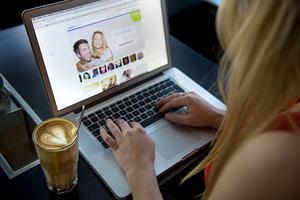 Att nätdejta är ett populärt sätt att hitta kärleken. Men att hitta en bra sajt för ändamålet kan vara knepigt.    Foto: Leo Sellén/TT