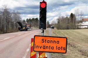 Ett körfält på riksväg 70 genom Leksand stängs av under ett beläggningsarbete.