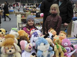 """Försäljare.""""Jätteroligt"""", tyckte Natalie och Rebecka Andersson som sålde leksaker för 400 kronor."""
