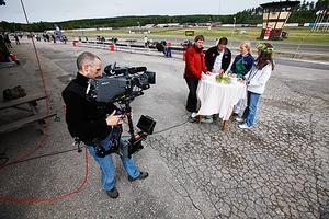 TV4 Plus Åsa Elmroth (längst till höger) med blomster i håret, pratade hästar med sina tv-gäster på Hagmyren