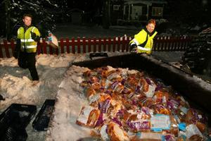 Joakim och Johnny Hedlund arbetade igår kväll med att rensa tomten och vägrenen från påsar med färdigskurna brödlimpor. Det var flera hundra plastbackar fulla med bröd som föll ut vid olyckan där 80-årige Lars-Einar Abrahamsson skadades.