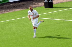 Ricky Yarsuvat jublar efter sitt 1–0-mål.