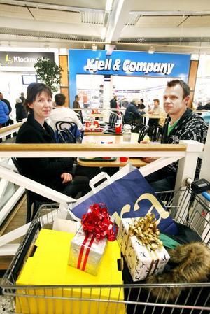 KÄMPIGT. Ann-Christin Engström och Ulf Westin åker alltid hit från Ockelbo sista helgen före jul, för att köpa alla sina julklappar till familjen.