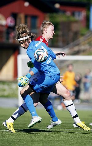 Viktor Ageskär brakar ihop med Tegs målvakt.