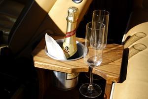 LYX OCH FLÄRD. Kanske en litet glas champagne skulle passa? Foto: Anders Sjöberg
