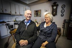 – Eftersom vi bor i Sverige har vi inte traditionen med att ta hand om våra gamla hemma. Därför är vården på äldreboendena så oerhört viktig. Här på Mobacka Söder fungerar allt så bra. Mycket tack vare personalens inställning, säger Maj-Lis Holmgren. Hennes pappa Bror Holmgren instämmer.