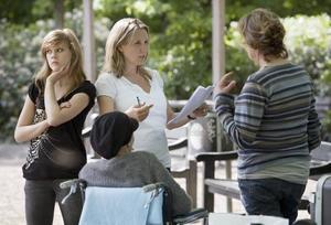 Inspelning. Regissören Lisa Siwe instruerar skådespelarna Josefine Matsson, Annika Halldin och Anki Lidén under inspelningen av