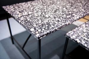 Marmorbordet får konkurrens av terrazzobordet framöver. Här nya soffborden Tabula av Note Design Studio i Fogias monter med terrazzoskivor och pinnsmala metallben.