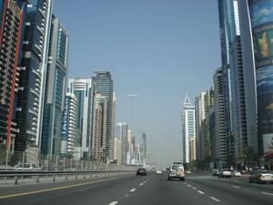 Sheikh Zayed road i Dubai – en futuristisk dröm eller mardröm? Foto: Stockxchng