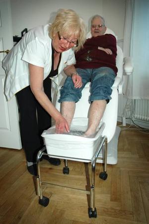 """TIDIGT UTE. Hans-Olov Söderbäck tjuvstartade och gick till Ewa för att få fotvård redan i onsdags, några dagar innan nyöppningen. """"Jävlar va skönt"""" , konstaterade han när han fick sätta fötterna i ett fotbad hos Ewa."""