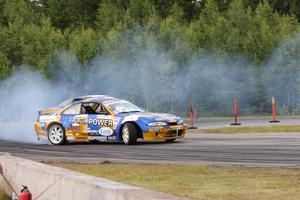 Här kommer Fredrik Sjödin i sin bil. Ett domarbeslut i utslagsomgången blev hans fall på Sundsvall Raceway.