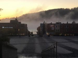 Vy över Stortorget med Frösön skymtande bakom dimman, fotograferad av Jenni Olofsson.