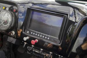 Eftersom Krokodilen är så lång sitter det både en front- och backkamera på den. Inne i fordonet finns en monitor som visar vägen.
