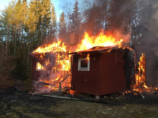 Tva till sjukhus efter brand i sommarstuga