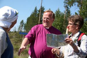 Välkomnade. Biskop Ragnar Persenius tog emot vandrarna i Själstuga. Här med Marianne Udd.