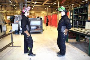 Johanna och Ylva i industrilokalen.