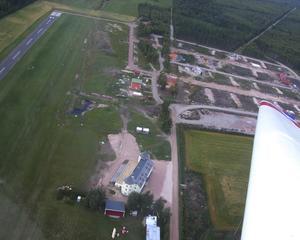 Airpark. Siljansnäs airpark är den första i norra Europa, de övriga fem som finns är alla byggda i Frankrike. Redan står tre hus inflyttningsklara. Alla tomter är sålda och ett tiotal hus är under uppbyggnad. Foto:Göran Persson