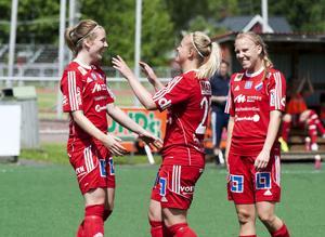 Sofie Wikström (mitten) gav Kvarnsveden en tidig ledning. Elin Danielsson och Samantha Huecker gratulerar.