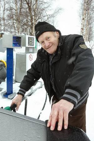 Ludde Kjällgren fyller tanken innan han styr till Sveg. Bilen ska få ny kamrem och Ludde själv ska till frisören.