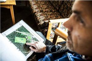 Ulf Petersson visar på detaljplanen vilket område som begravningsplatsen är tänkt för. Det är den ljusgröna rektangeln. Till höger om den ligger Ängsmogården, med skolan och kyrkan. Infart ska bli från vänster och Jordbruksvägen.