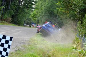 Martin Jonsson knep två segrar i Röforsloppet, men var illa ute i lördags. För hög fart i målkurvan och bilen glider ut… slår i hög fart i vallen… och studsar över vägen till diket på andra sidan.
