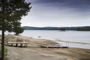 På Sandnäsets camping har man skarvat på bryggorna. Men båtarna tar sig ändå inte dit för det är för grunt.