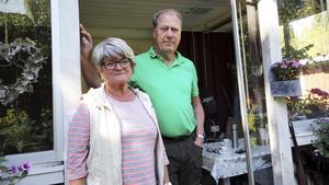 Christina och Hans Pernäng bor alldeles bredvid det brandhärjade området i Stabäck. Att vara utan fast telefoni och ADSL-uppkoppling ställer till problem för dem. Innan veckans slut ska kabelbrottet åtgärdas. Exakt när det kommer ske var oklart på tisdagseftermiddagen.