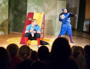 Boulevardteatern, här i form av Otto Milde och Aja Rodas, har i veckan bjudit Borlänges förskoleklasser på föreställningen