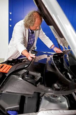 Batteriet är elbilens akilleshäl. Tungt, dyrt och skrymmande. Hos Volvo jobbar man nu med att utveckla karossdelar i material som kan lagra energi.Foto: Volvo Cars