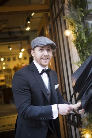 Tommy Hällgren jobbar som säljare på modebutiken Ascot i Gävle och även han tycker att en mörk kostym är ett säkert kort för nyårskvällen.