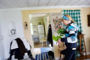 Vi behöver få tag i vissnade blommor, säger Åsa medan hon plockar bort blommor från ett fönster i sommarstugan som hon tillsammans med filmteamet har fått låna. Rummet behöver även få mer inslag av 70-talssaker.