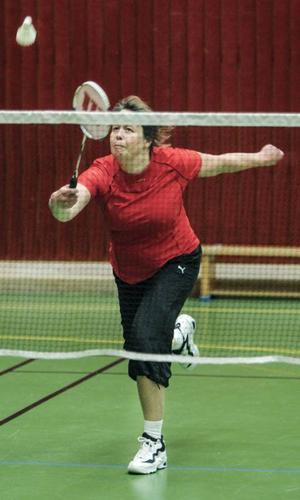 Helene Marberg slår bollen över nät. Badminton är en av de snabbaste bollsporterna. I slagdueller har bollhastigheter på över 300 km/h uppmätts.