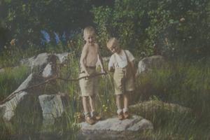 En bild från svunna tider då Sven och hans bror lekte vid vattnet ute på Dalarö.
