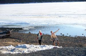 Många firade påsk i Åre där det vackra påskvädret inspirerade till utomhusaktiviteter. Som att avsluta after skin med ett bad i Åresjön.