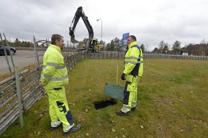 Jens Nordkvist och Roger Jonsson har gått i mål i Idre och är redo att gräva in den sista biten in i kopplingsbrunnen.