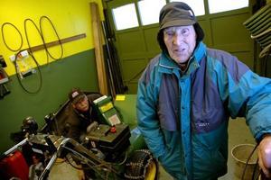 """TRIVS HEMMA. 96-årige Göte Helzenius i Gårdskär vill bo hemma så länge han orkar. Han skulle dock kunna tänka sig att bo som han gjorde en tid på korttidsboendet på Tallmon. """"Trevligt med gemensam matsal,"""" säger Göte. I bakgrunden syns sonen Willy som hjälper Göte med snöslungan.Foto: Katarina Lönnberg"""