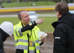 Mikael Bertilsson i diskussion med Indianernas lagledare Peter Johansson inför tisdagens hemmamatch mot Rospiggarna, då Bertilsson som vanligt var tävlingsledare.