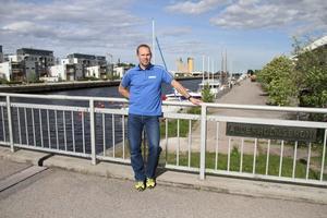 Hit men inte längre. Per Svensson har tröttnat på att det inte går att ta båten hela vägen in till Gävle stad. Nästa vecka hyr han en 80-tonskran och lyfter sin nio ton tunga båt över Alderholms-bron.