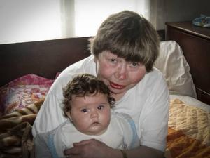 Karin Malmsten tillsammans med sitt nya barnbarn.